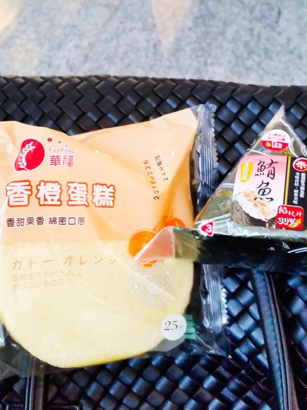 Sponge cake and onigiri from Hi-Life at the Taoyuan Airport